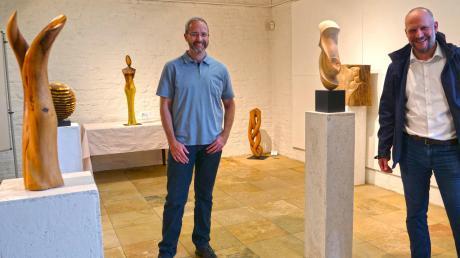 Künstler Markus Brinker (links) und Christoph Lang, Vorsitzender des Heimatvereins Reischenau, zwischen den Holzkunstwerken.