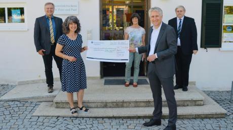 Über die Förderung freuen sich (von links) Bürgermeister Toni Brugger, Büchereileiterin Hanelore Landes, ihre Vorgängerin Gerda Wittmeier, Bundestagsabgeordneter Hansjörg Durz und Pfarrer Werner Ehnle.