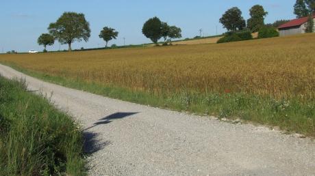Der Beschluss für ein Durchfahrtsverbot auf dem Feldweg in der Verlängerung der Ustersbacher Eisbühlstraße wird jetzt umgesetzt. Feldwege wie dieser sind vielerorts beliebte Abkürzungen.