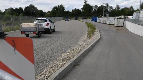 Auf dem Gelände des Meitinger Wertstoffhofs wurde eine zusätzliche Fahrspur aufgeschottert, sodass dort mehr Fahrzeuge warten können.