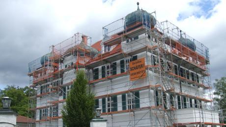 Das Schloss Elmischwang ist derzeit eingerüstet. Der repräsentative Bau in seiner heutigen Form besteht seit 1902.