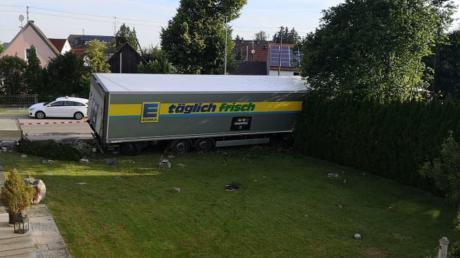 In den Garten von Stefanie Wodnik aus Thierhaupten krachte am Dienstagmorgen ein tonnenschwerer Lastwagen. Der Fahrer wollte einem entgegenkommenden Auto ausweichen.