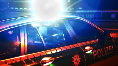 Wegen eines brennenden Autos mussten Polizei und Feuerwehr am Sonntagabend nach Bonstetten ausrücken.