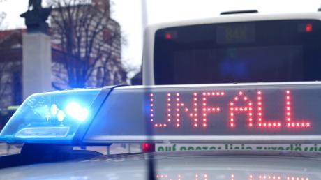 Spektakulärer Unfall in Altomünster: Die Fahrt eines 84-Jährigen endete in einem Heizungskeller.