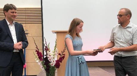Elisa Oettle aus Langenreichen ist in diesem Jahr die landkreisbeste Absolventin der M-Klassen. Sie verlässt die Mittelschule Meitingen mit einem Notendurchschnitt von 1,0. Mit ihr freuen sich Rektor Peter Reithmeir (rechts) und der Schulverbandsvorsitzende Bürgermeister Michael Higl.