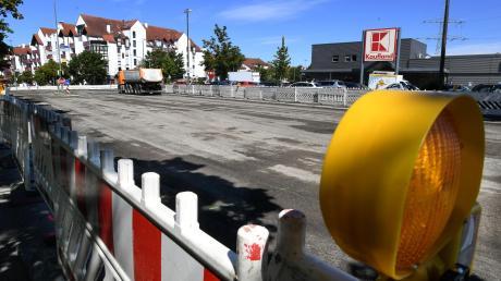 Kein Platz mehr für Autos: Auch an der Kaufland-Kreuzung in Neusäß wird seit Montag gebaut.
