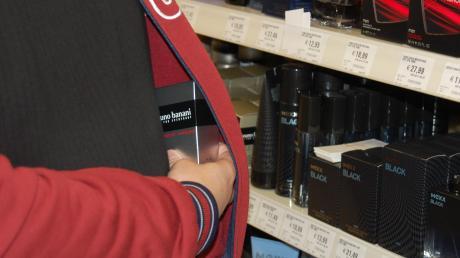 Ein 18-Jähriger wird dabei ertappt, wie er verschiedene Nahrungsmitteln in seine Taschen steckt.