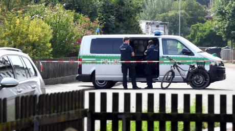 Ein großes Polizeiaufgebot riegelte im August vor einem Jahr den Tatort in Nordendorf ab. Dort schoss ein Mann mit Pfeilen auf Unbeteiligte.