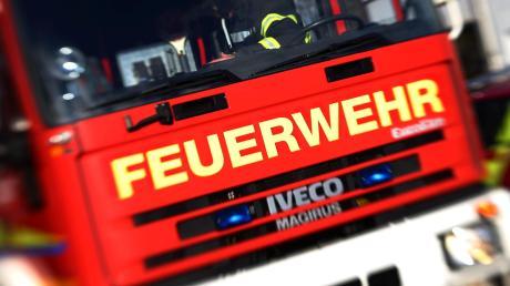Die Feuerwehr in Scheppach musste eine Hecke löschen.