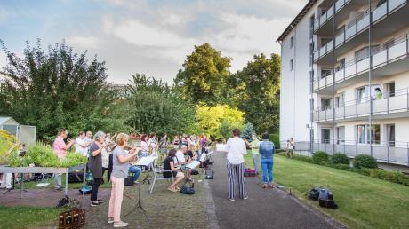 Zwischen Johannesheim und Realschule hatte sich die Erwachsenenbläserklasse platziert, um für die Bewohner des Johannesheims ein kleines Konzert zu spielen.