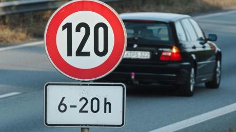 Auf der A8 zwischen Neusäß und Friedberg gilt jetzt ein Tempolimit von 120 Stundenkilometern.