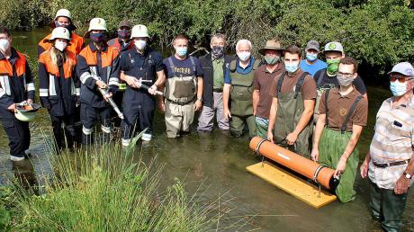 Der Fischerverein Meitingen kümmert sich, unterstützt von der Jugendfeuerwehr Herbertshofen, um die Pflege des Mädelelechs.