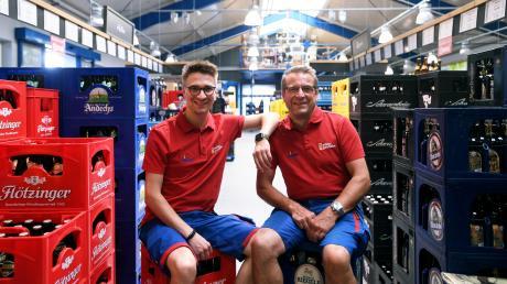 Bei Getränke Müller in Langweid steht ein Generationswechsel an. Mathias Müller (links) übernimmt die Leitung von seinem Vater Karl Müller.