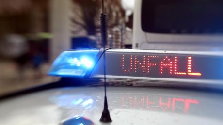 Zwei Autofahrer haben die Kontrolle über ihr Auto verloren und jeweils einen hohen Sachschaden verursacht.