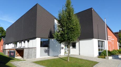 Die Umbaupläne sehen vor, dass das Dach der Kindertagesstätte St. Georg in Westendorf abgebaut und aufgestockt wird. Im Krippenbereich sowie links vom Eingang wird das Bestandsgebäude auch im Erdgeschoss erweitert.