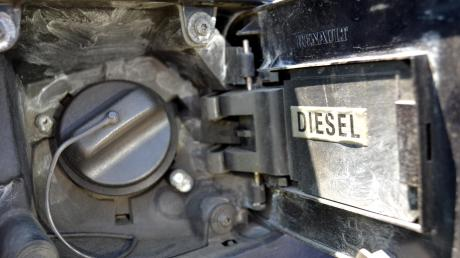 An fünf Baumaschinen hat in Westendorf ein Unbekannter die Tankdeckel aufgebrochen und den Diesel abgesaugt.