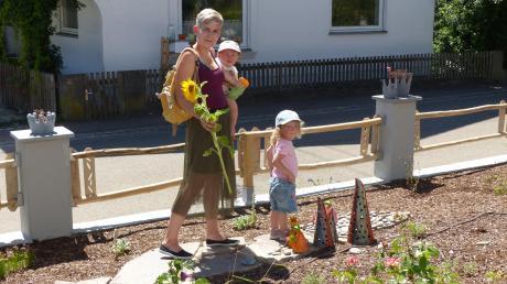 Katrin Reif macht mit Töchterchen Marleen (9 Monate) und der zweijährigen Mia den Testlauf durch den Vorgarten. Der ist eine Station auf dem Märchenweg 2020, der aktuell in Allmannshofen besucht werden kann.