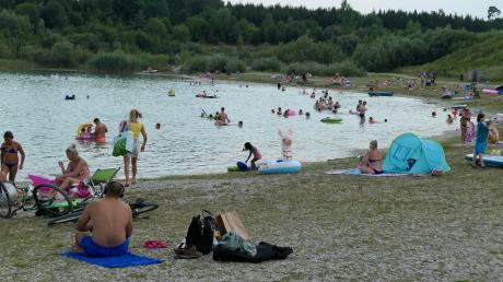 Im Freizeitgebiet in Langweid ist an heißen Tagen viel Betrieb und trotzdem Platz um Abstand zu halten.