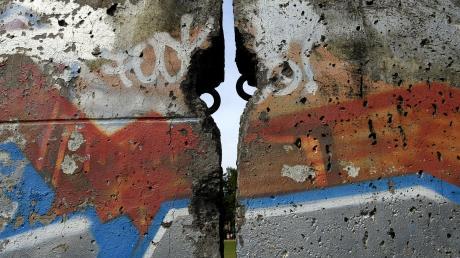 Ein Teil der Berliner Mauer steht vor der Schmuttertalhalle Diedorf.