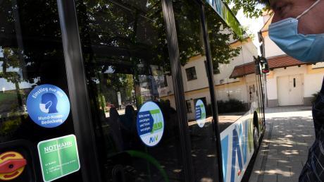 Hier hat der Busfahrer Hausrecht. Ohne Mund-Nasen-Schutz darf der öffentliche Personennahverkehr nicht genutzt werden. Verstöße werden mit einem Bußgeld von 150 Euro geahndet.