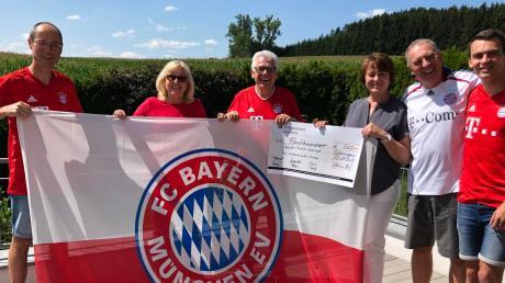 Übergabe der Spende an den Ehrenpräsidenten des Gablinger Bayern-Fanclubs (von links): Gerald Eser, Annelies und Rudi Tausend, Karina, Helmut und Felix Ruf.