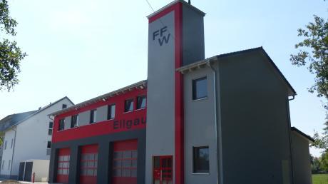 Das neue Feuerwehrhaus in Ellgau ist kaum zu übersehen. Im September sollen Geräte und Fahrzeuge einziehen. Die Einweihung findet dann statt, wenn das Corona-Infektionsgeschehen größere Veranstaltungen wieder möglich macht.