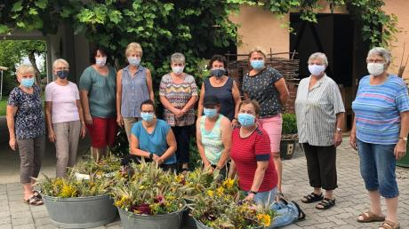 Im Hof der Familie Stuhler banden freiwillige Helferinnen 80 Kräuterbüschel.
