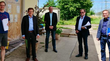 Besprachen die Planänderungen (von links): Benedikt Gleich, Geschäftsführer des buch7-Kulturbahnhofes, MdL Georg Winter, Bürgermeister Jürgen Gilg, Langweid, Willi Jörg und Bernhard Christ von der Deutschen Bahn.
