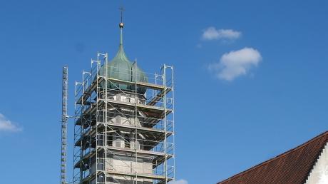 Blick auf die Kirchturmkugel vor dem Abmontieren durch die Spengler. Schon zeitnah wird die renovierte Kugel mit neuem Inhalt an ihren ursprünglichen Platz zurückkehren.