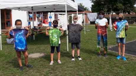 T-Shirts und Hosen selbst mit der Batik-Technik gestaltet: Das macht den Teilnehmern des Ferienprogramms Spaß.