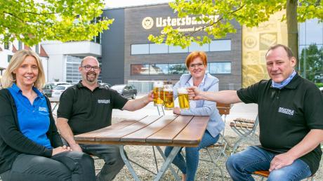 Servicekraft Angela Müller (links), Koch Martin Weigl, Brauereichefin Stephanie Schmid und Pächter Thomas Hebenstiel stoßen gemeinsam im neu angelegten Biergarten in Ustersbach an.