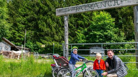 Markus Kranzfelder aus Gessertshausen fährt gerne mit seinen Kindern den Weg entlang der Bachwiesenstraße. Ein Halt bei den Pferden der Talranch gehört natürlich mit dazu.