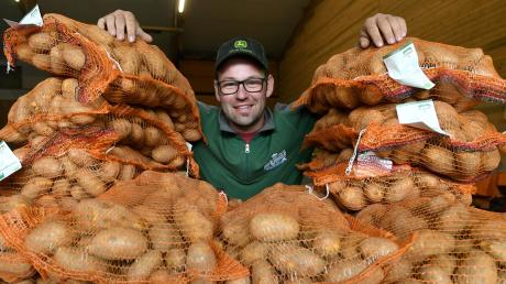 Sebastian Rotter ist auf dem Hof seiner Eltern in Gablingen aufgewachsen und leitet den landwirtschaftlichen Betrieb nun gemeinsam mit seinem Vater.