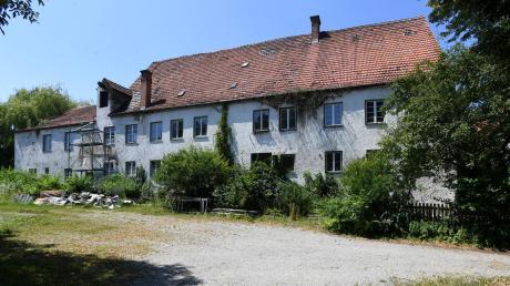 Völlig vernachlässigt ist das ehemalige Brauereigebäude Mayr in Hainhofen. Ein Investor möchte dort elf Wohnungen einbauen. Dem zuständigen Oberkonservator für den Denkmalschutz gefallen die Pläne – vor Ort werden sie allerdings kritisch gesehen.