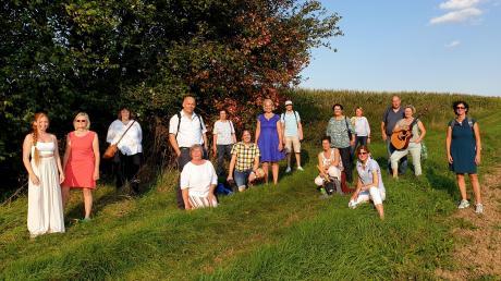 Singend und swingend zogen die Mitglieder des Ehinger Chors Da Capo durch die Natur, um auf diese Weise den zehnten Geburtstag des Chos zu feiern.