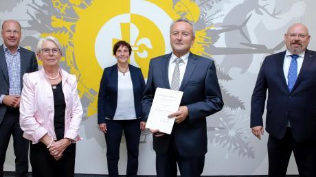 Georg Zwerger (vorne mit Ehefrau Maria) wurde für seine Verdienste gewürdigt von (hinten von links) Landrat Martin Sailer, Bürgermeisterin ChristineGumpp und Karsten Weber, Geschäftsführer der Pensionskasse der Genossenschaftsorganisation VVaG.