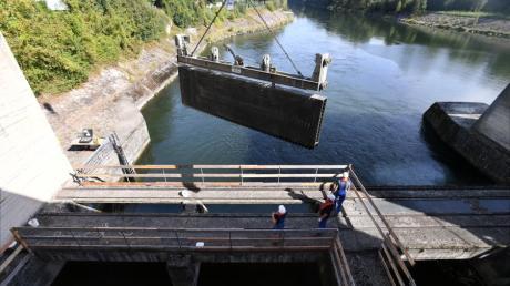 Berufstaucher haben am Lechkraftwerk Ellgau sogenannte Dammtafeln eingebaut, damit der Raum um die Turbinen abgedichtet und trockengelegt werden kann. Nach der Revision der Turbinen werden die Tafeln nun wieder entfernt.