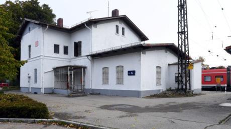 Das verfallene Bahnhofsgebäude in Nordendorf hat noch einmal einen neuen Anstrich bekommen. Jetzt hat es die Gemeinde gekauft - und wird es wahrscheinlich abreißen.