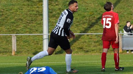 Dieses war der erste Streich! Denis Buja hat das 1:0 für den TSV Meitingen erzielt. Wertingens Torhüter Sandro Scherl ist am Boden zerstört, Marcel Gebauer kann es nicht fassen.