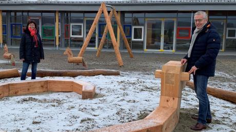Gut lachen haben Kita-Leiterin Christine Long-Wieland und Bonstettens Bürgermeister Anton Gleich: der neue Spielplatz für die Erweiterung ist fast fertig.
