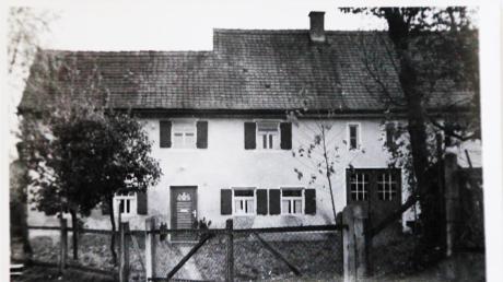 Das Anwesen im heutigen Wölfleweg 8 ist zweimal durch jüdische Händler verkauft worden. Es gehörte später dem früheren Bürgermeister von Adelsried und dann dem von Welden.