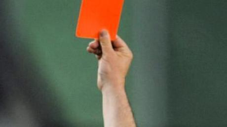 Schiedsrichter zeigt die rote Karte