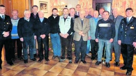 Die Verantwortlichen der Langweider Feuerwehr und Bürgermeister Jürgen Gilg mit den geehrten Mitgliedern. Foto: Johann Buchart