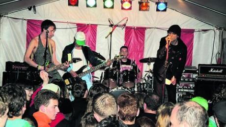 Rocken für einen guten Zweck: Ein Teil der Spenden wurde auch beim Rockkonzert auf dem Marktplatz am 1. Mai des vergangenen Jahres (im Rahmen des Markstois) gesammelt. Auf dem Bild spielt gerade die Dinkelscherber Satire-Punkband Die Geggen Gaggas. Archivfoto: Michael Kalb