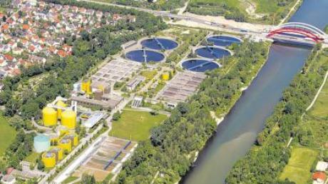 Direkt an der A8 und dem Lech liegt das Klärwerk der Stadt Augsburg. Von dort soll der Klärschlamm künftig zur Verbrennung ins angrenzende Gersthofen gebracht werden.