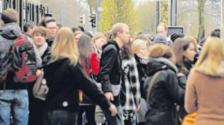 Mit Zug und Tram haben Studenten aus dem Wittelsbacher Land eine optimale Verbindung zur Uni Augsburg.