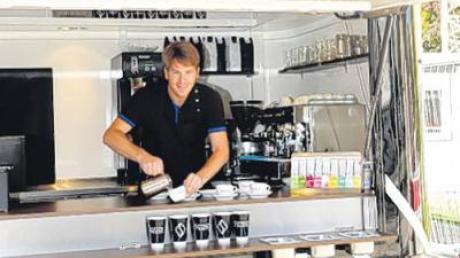 "Sebastian Hrabak eröffnet heute seinen Kiosk ""Schwarze Kiste"" an der Haunstetter Straße."
