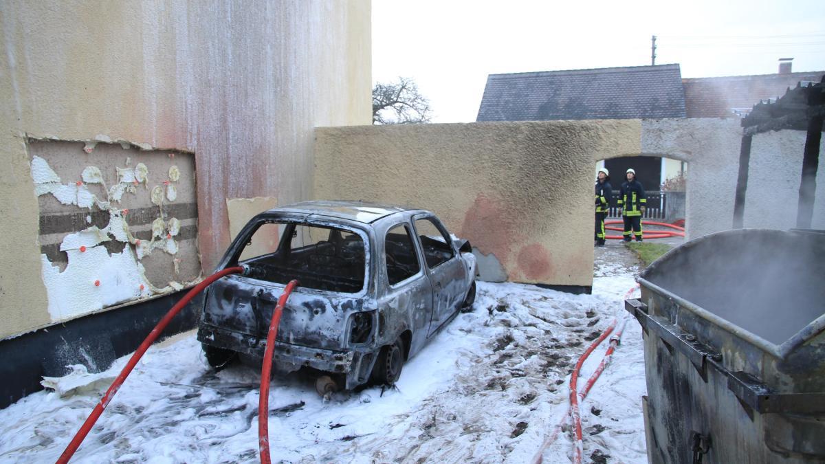 augsburg: auto brennt nach feuer in mülltonnen-unterstand aus