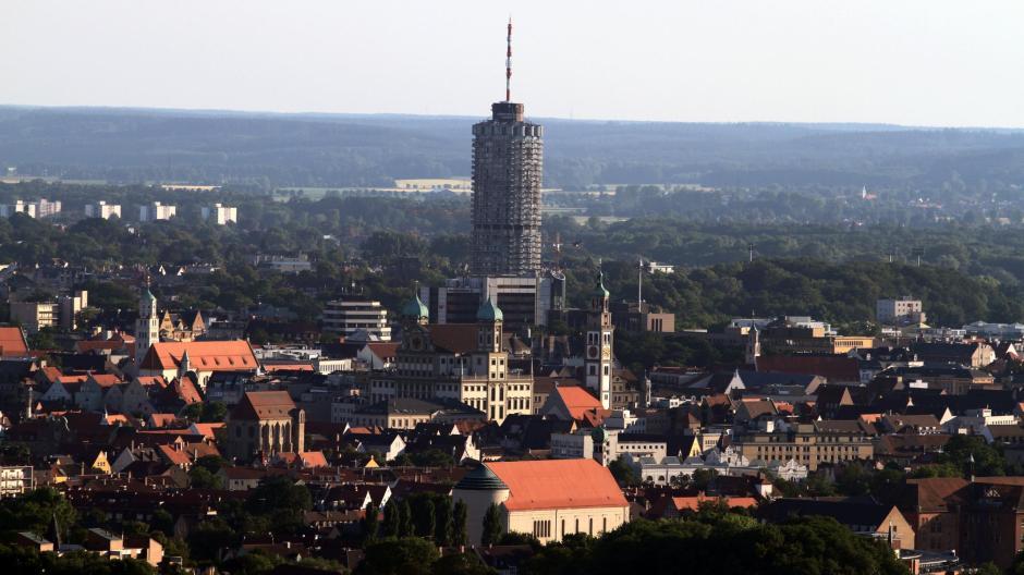 Eine Stadt wandelt ständig ihr Gesicht. Im 17. Jahrhundert war das Rathaus von Elias Holl modern, heute gilt der Hotelturm vielen als Symbol der modernen Stadt. Wie verändern sich Augsburgs Bewohner?