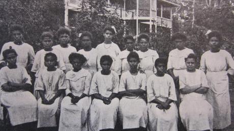 """Kinder einer Missionsstation in Papua-Neuguinea sprachen seit der Kolonialzeit eine ganz ungewöhnliche Sprache: """"Unserdeutsch"""". Ein Augsburger Uniprofessor will die sterbende Sprache nun erforschen und für die Nachwelt erhalten."""